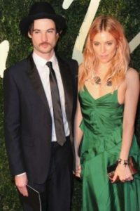 Sienna Miller y Tom Sturridge Foto: Getty Images