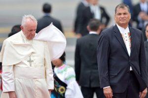 """A veces el Pontífice parece derrotado al enfrentar esta """"lucha"""", miren su rostro… Foto:AFP"""