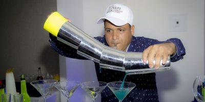 Alex Báez haciendo demostración de Showtender