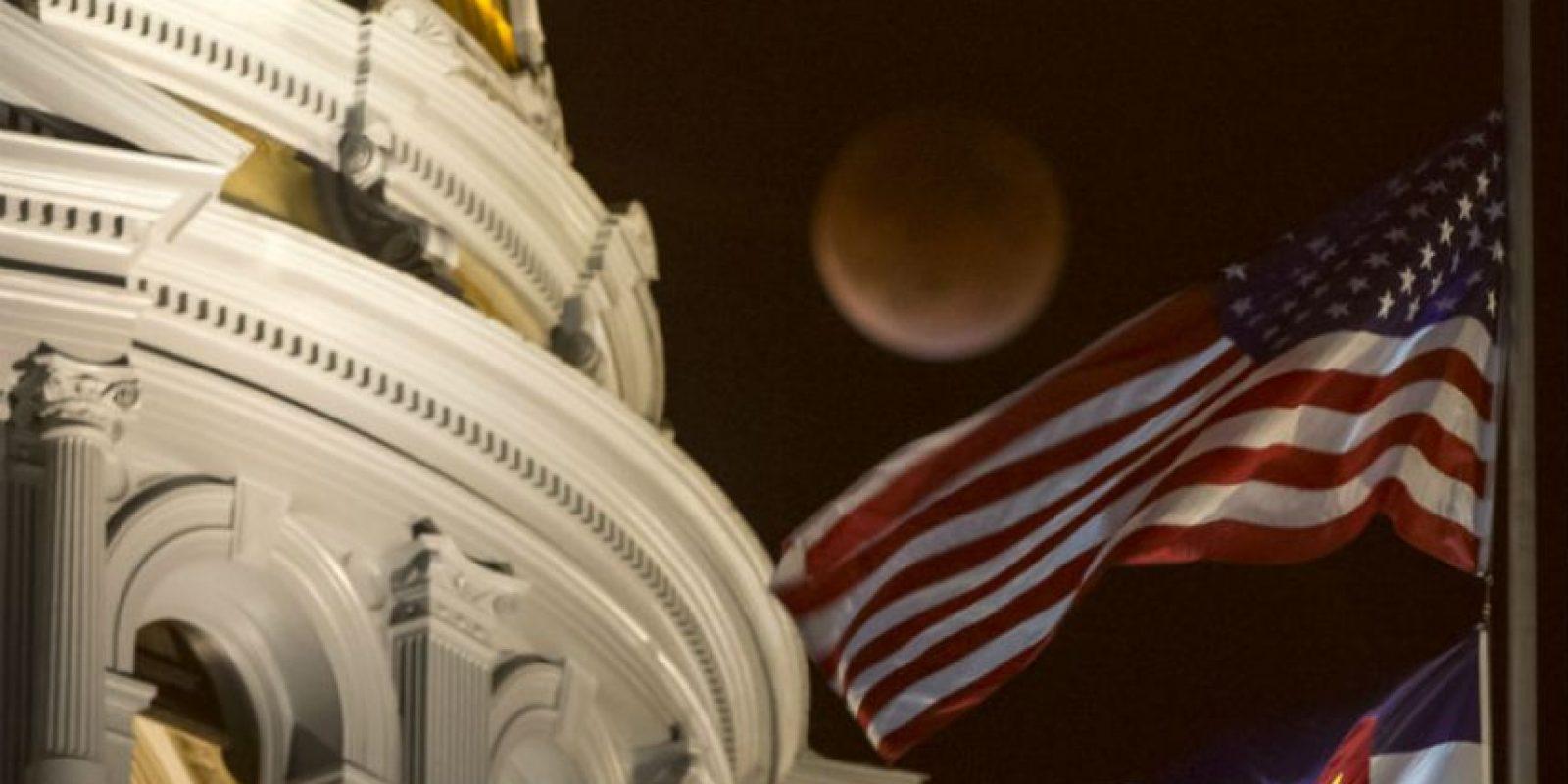 En Colorados la luna también se presentó frente al Capitolio. Foto:AFP