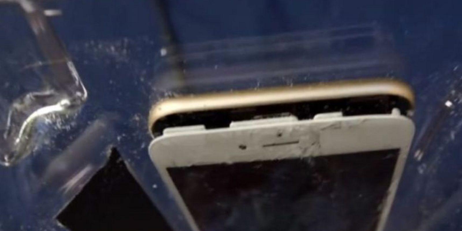 La pantalla se separó del resto del iPhone 6 con el impacto de las aspas de la licuadora. Foto:vía FullMag