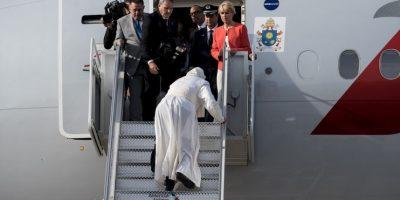 Para reducir la incomodidad el pontífice recibe fisoterapia, sin embargo durante los viajes largos la suspende. Foto:Getty Images