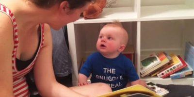 Para todos resulta normal ver llorar a los bebés cuando se les retiran sus juguetes, sin embargo, no es nada común que un pequeño de 10 meses de edad llore desgarradoramente cuando sus padres terminan de leerle libros, tal como sucede con Emmett. Foto:Vía Youtube