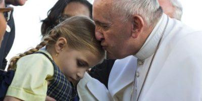 El pontífice no paró de reír al ver a la pequeña y pidió que se la llevaran hasta el papamóvil, reseñó el medio británico Daily Mail. Foto:Getty Images