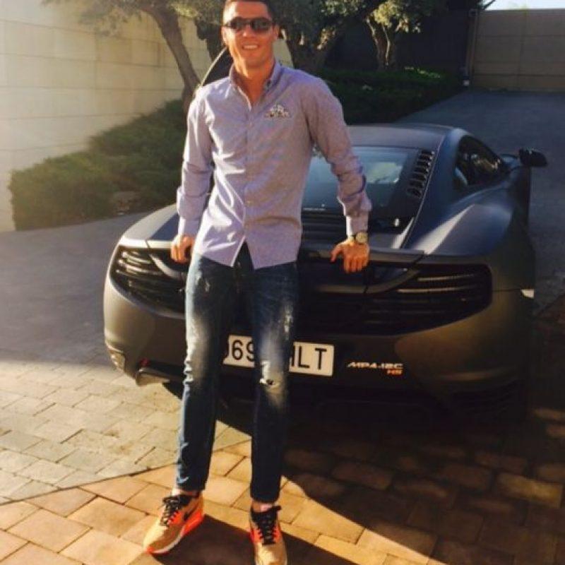 Cuando aún jugaba en Manchester United, el portugués manejaba un Ferrari 599 GTB que alcanzaba velocidades de 300 km/h, el cual mandó a pedir desde su natal Portugal. Foto:Vía instagram.com/Cristiano