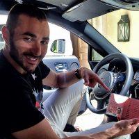 """Un mes antes, el """"Gato"""" había chocado su Audi Q7. El francés estrelló su vehículo con una valla de acceso a La Finca de Pozuelo, el barrio en el que vive en Madrid, y luego lo impactó contra un encino, a las dos de la madrugada. El coche quedó muy dañado, pero le fue repuesto. Foto:Vía instagram.com/KarimBenzema"""