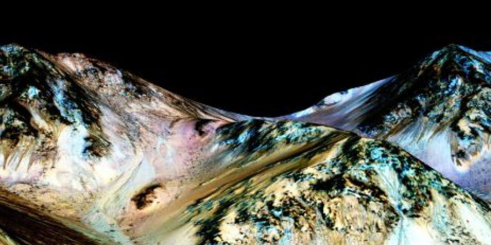 La NASA publicó estas imágenes para demostrar los causes formados por agua en Marte. Foto:Vía nasa.gov