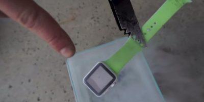Este bloguero en YouTube ya había torturado un Apple Watch en esta misma sustancia Foto:FullMag/YouTube