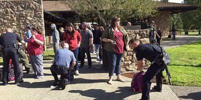 Las autoridades revisaron las pertenencias de los alumnos luego del ataque. Foto:AP