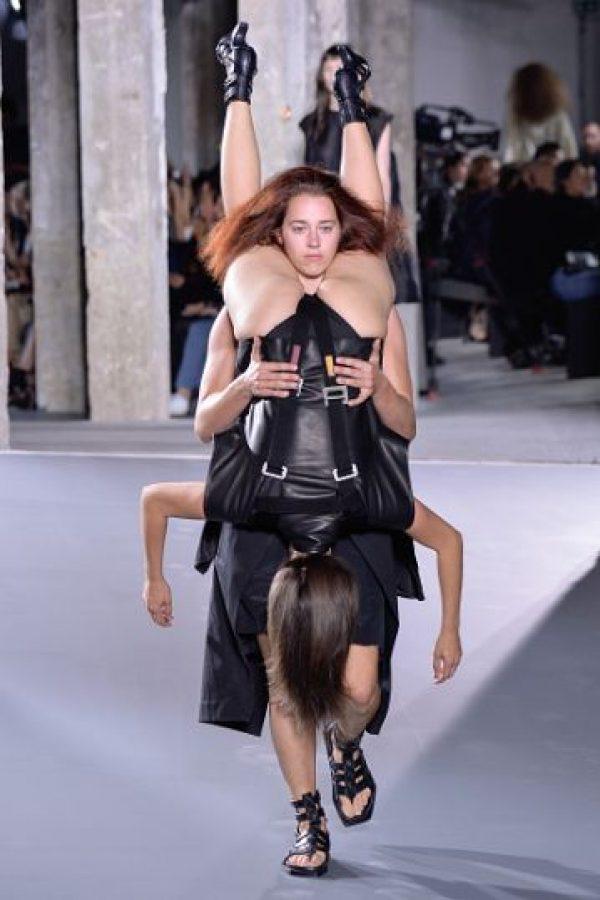"""""""Owens tenía en su mente a 'Las Troyanas' de Eurípides. Mujeres apoyándose las unas a las otras"""", reseñó el crítico de moda Tim Blanks en """"Vogue Runway"""". Foto:vía Getty Images"""