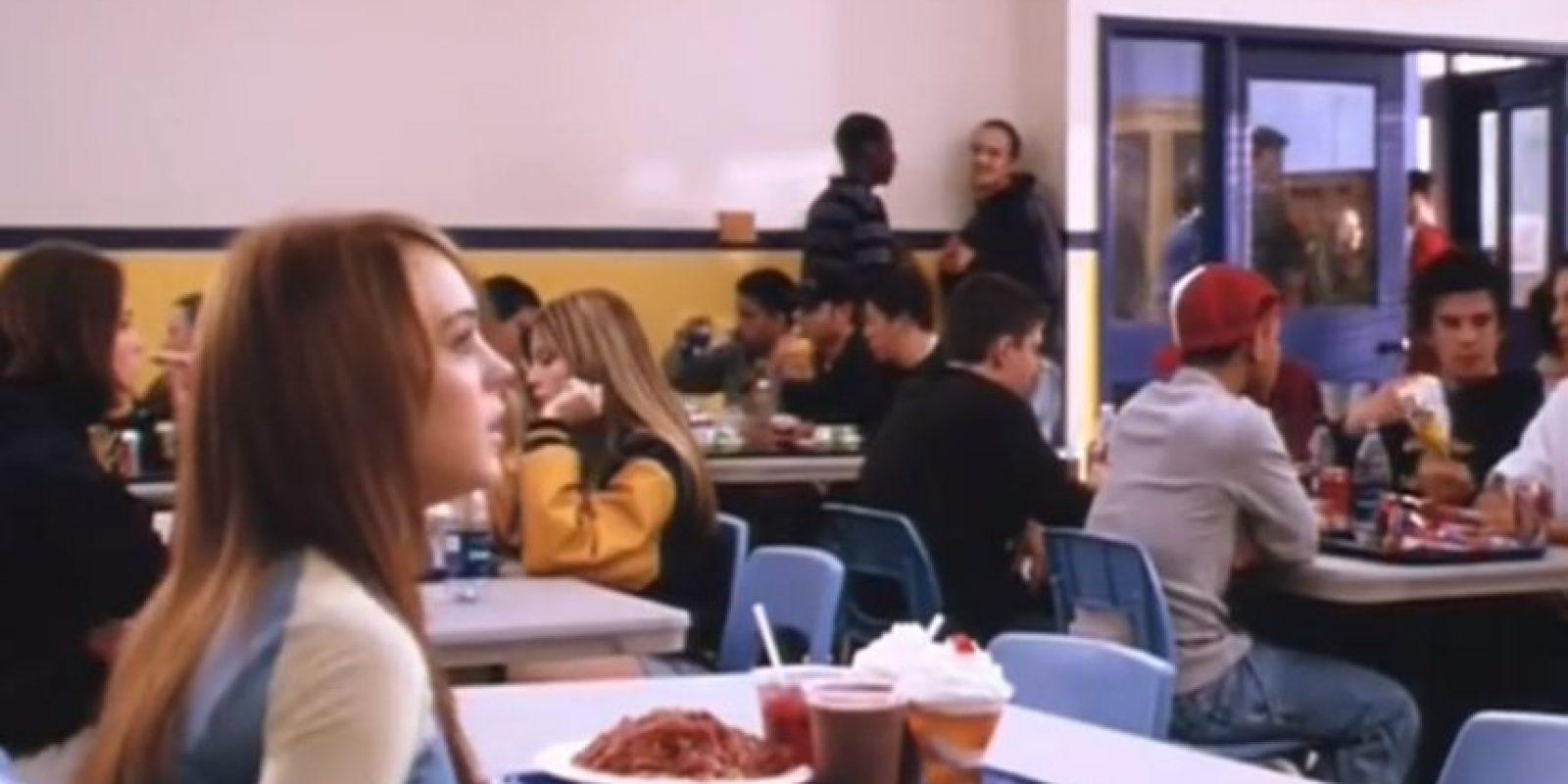 """Damian arregla la mesa de las """"Plásticas"""" para que a """"Regina"""" le caiga toda la comida encima. Foto:vía Paramount"""