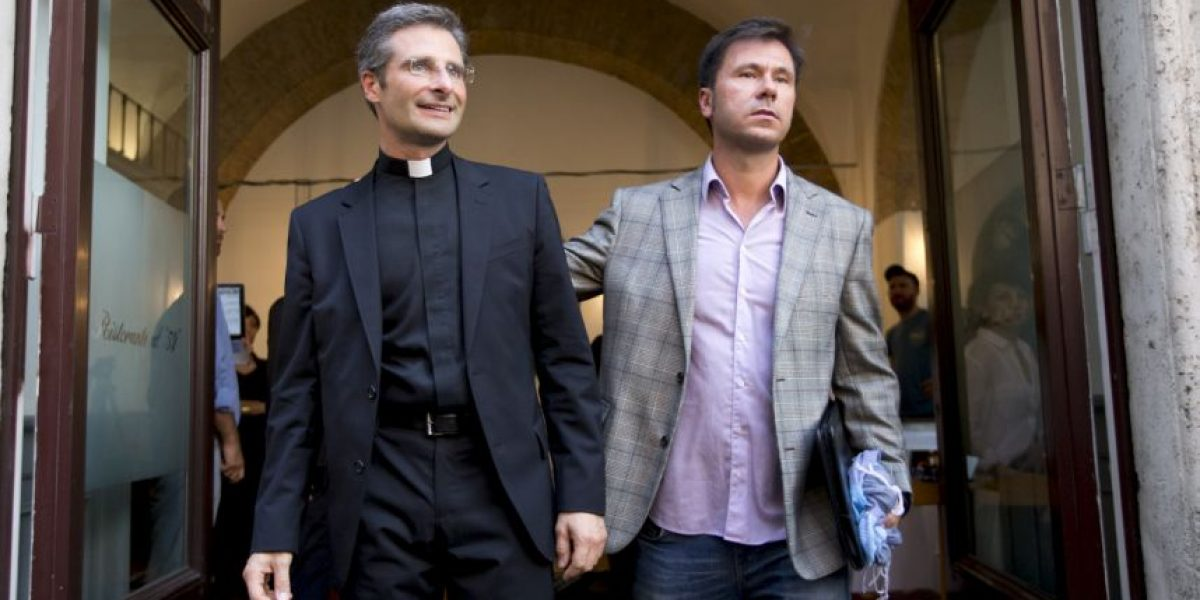 ¿Quién es el sacerdote que será expulsado del Vaticano por ser gay?