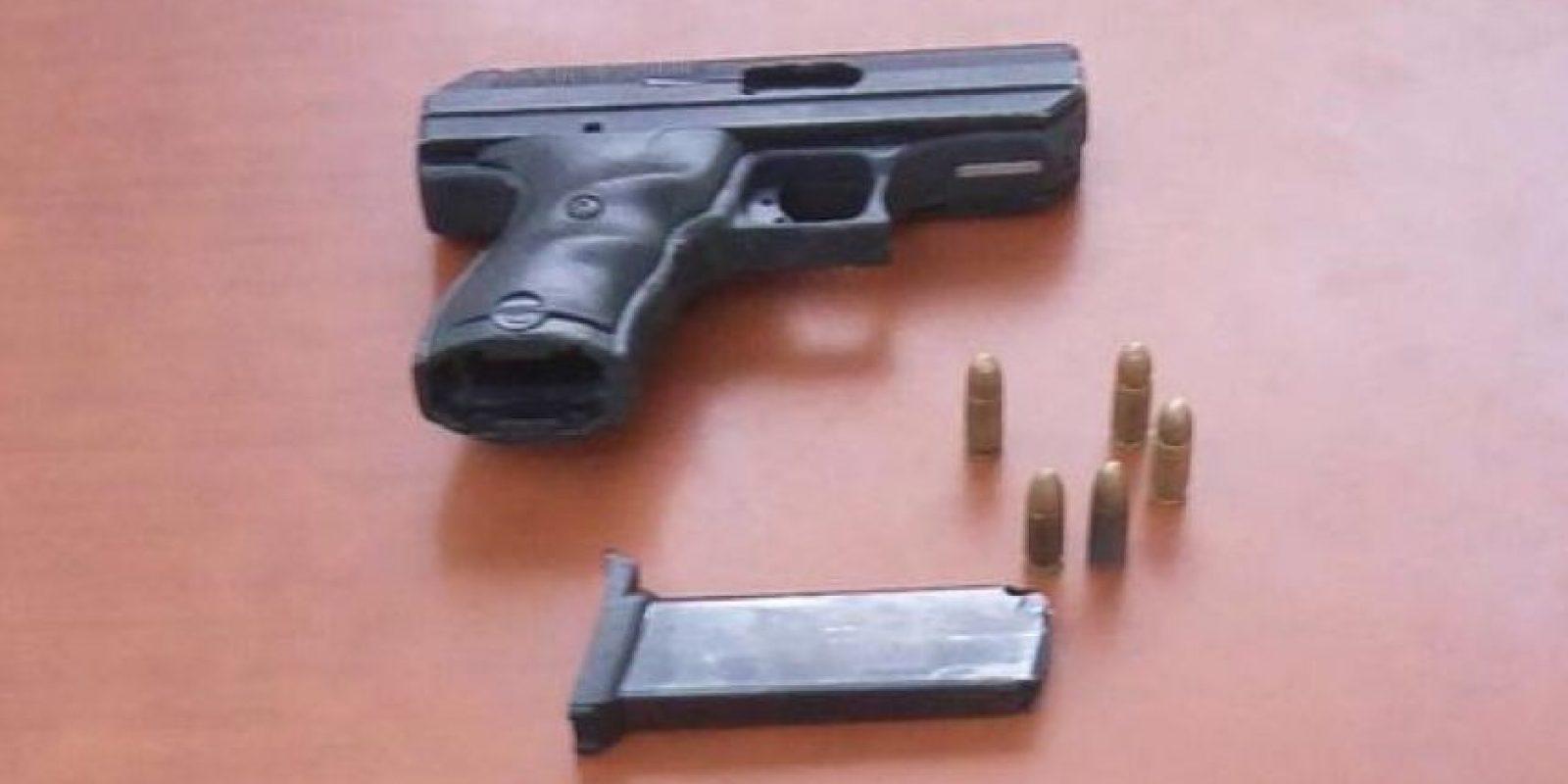 Pistola que supuestamente calgaban los asaltantes Foto:Twitter:@PoliciaRD
