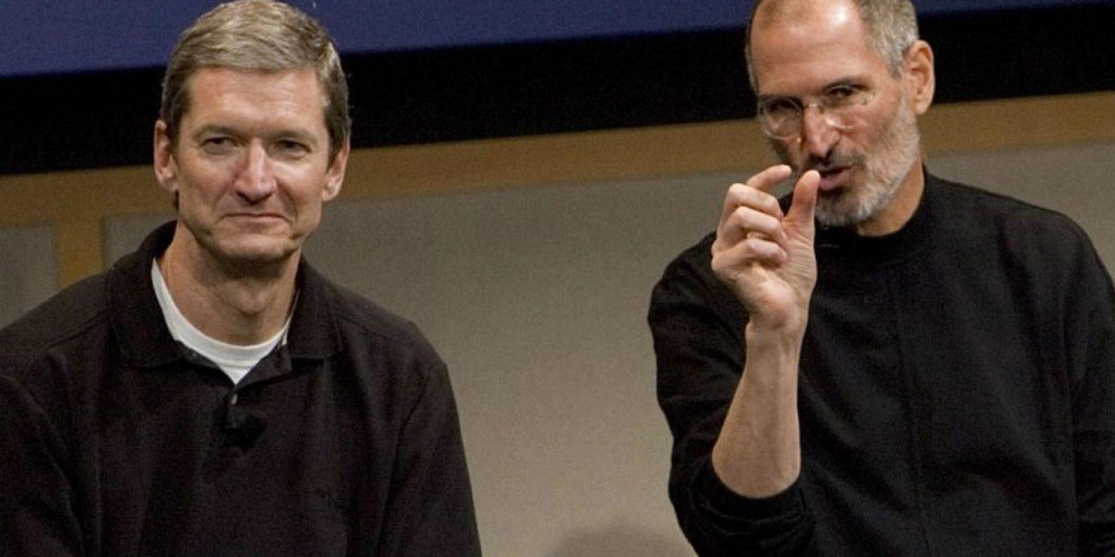 Tim Cook (izquierda) y Steve Jobs (derecha) durante una conferencia de prensa en 2007. Foto:Getty Images