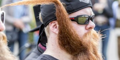 3Estilo. Barbas peinadas en diferentes formas y estilosLa pelusa facial muy bien cuidada de este concursante, luciendo un pañuelo de Harley-Davidson, lleva la barba de estilo manubrio a nuevas alturas. Foto:Getty Images