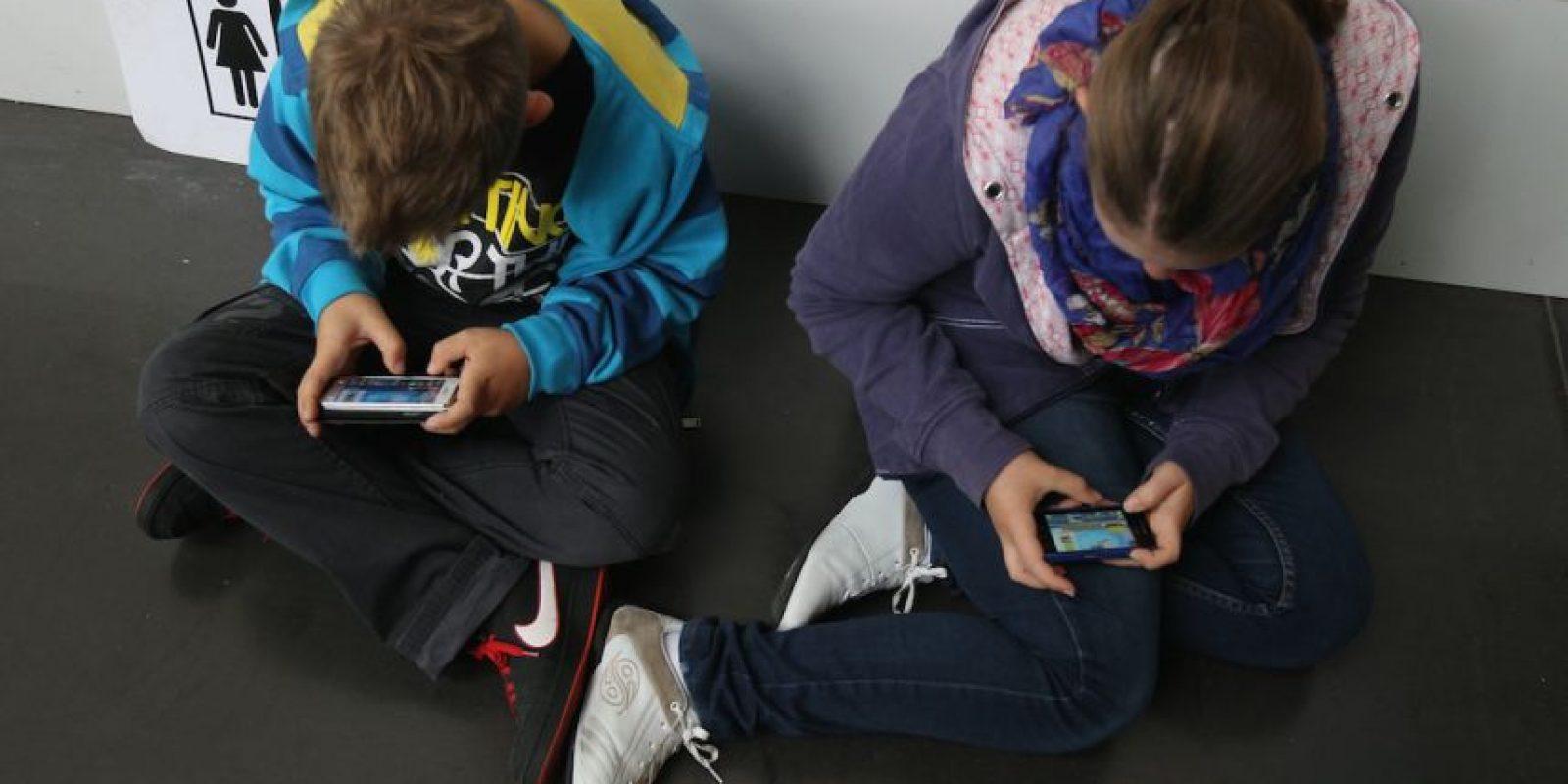 1- Enséñenles. Es mejor que sean ustedes quienes les enseñen a navegar en la red y dígales lo que es bueno o malo. Foto:Getty Images