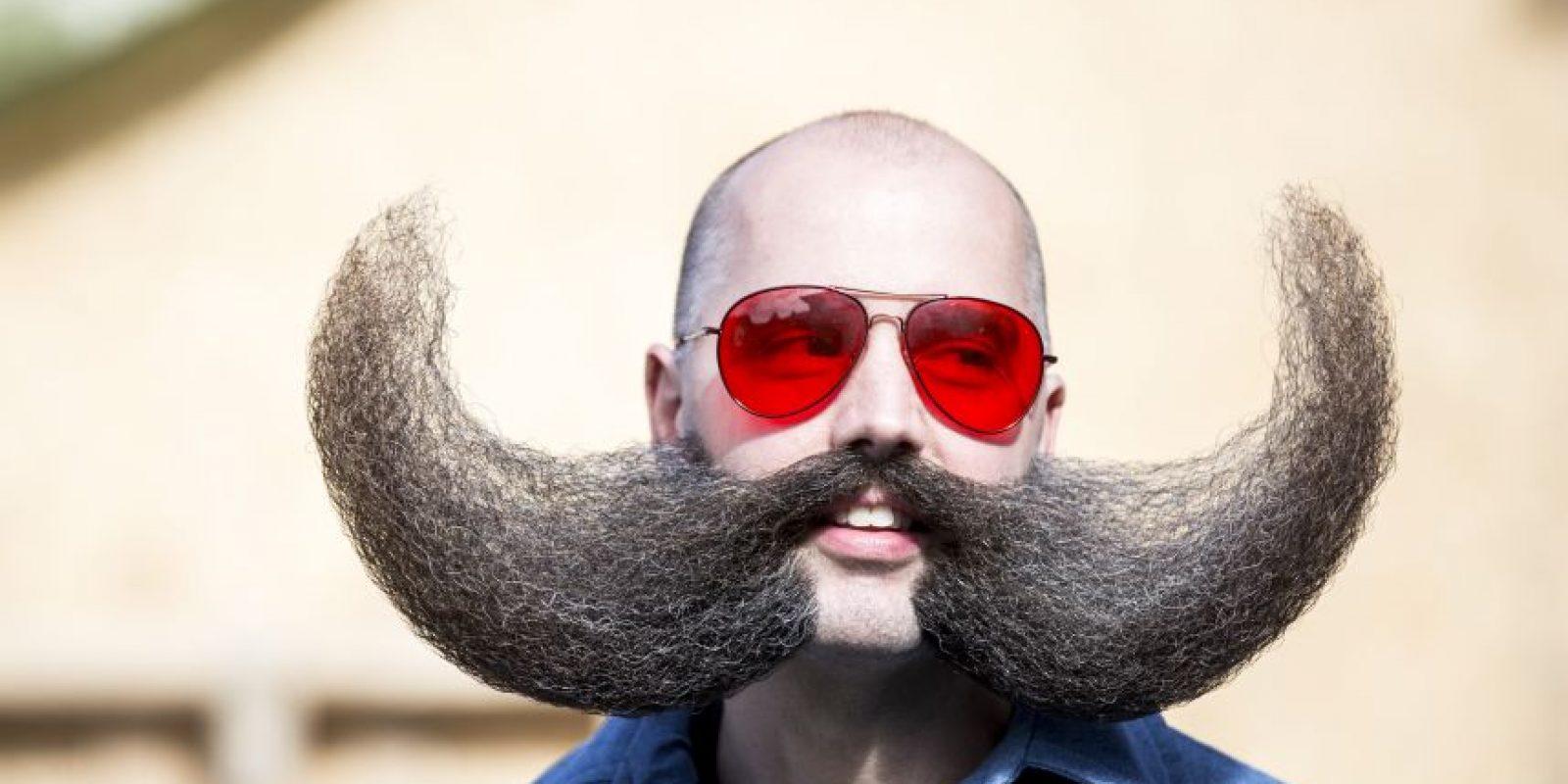 1Leogang, Austria. Hombres con todo tipo de pelusa facial se reúnen en la aldea de los AlpesM. J. Johnson, fundador del Club de Barba y Bigote de Mineápolis (que aboga a favor de la aceptación de barba en el lugar de trabajo), posa para una fotografía durante la ceremonia inaugural del Campeonato del Mundo de la Barba y el Bigote el 3 de octubre de 2015, en Leogang, Austria. La barba de competencia de Johnson requiere de rasuradora, spray para el cabello, tijeras, un secador de pelo y tiempo de peinado de más de dos horas. Foto: Getty Images