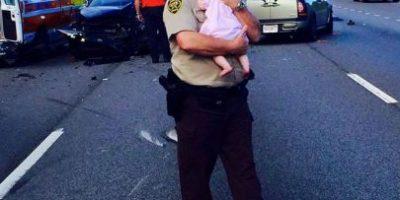 Policía salva a bebé y se convierte en estrella de Internet