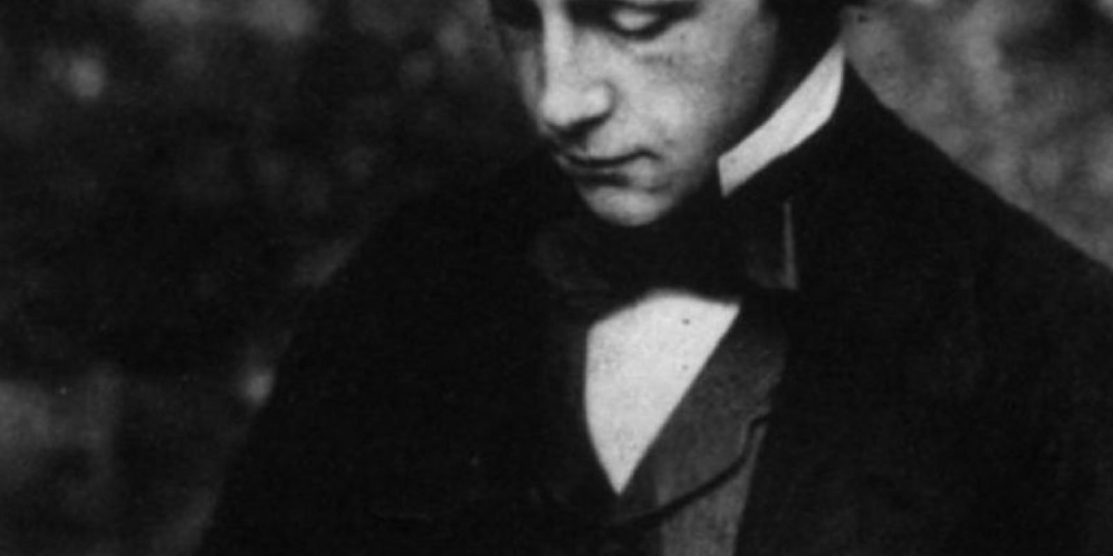 """Lewis Carroll: El creador de """"'Alicia en el País de las maravillas"""" era tímido y nunca se casó. Su musa fue la pequeña Alice Liddell y a un montón de niñas amigas suyas, a las que fotografió en poses que para los estándares de hoy serían bastante impropias para su edad. También se rumorea que tuvo en propiedad fotos de niñas desnudas. Por esto lo catalogaron de pedófilo. Foto:vía Getty Images"""