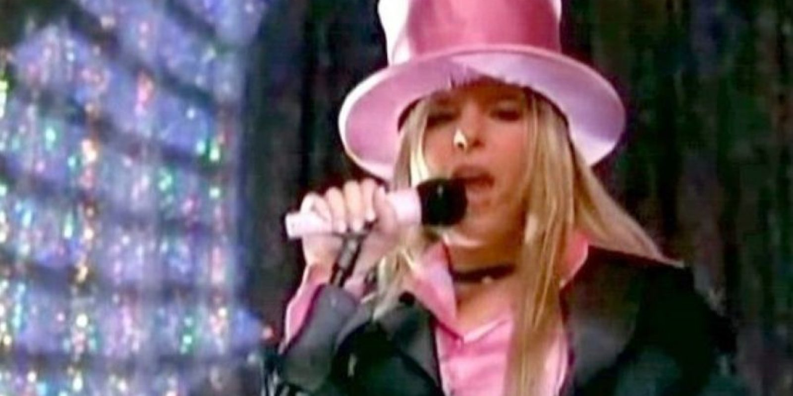 Otro sombrero de copa rosado, digno de una fiesta queer en los años 70. Foto:vía Getty Images