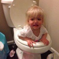 Esta niña no usa el retrete de la forma adecuada. Foto:Tumblr