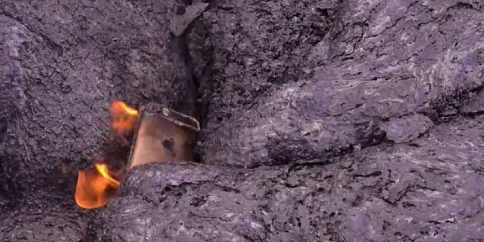 Después de un momento de resistencia, el dispositivo arde en llamas Foto:YouTube/TechRax