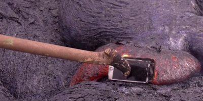 Solo para volver a meterlo por completo en la lava Foto:YouTube/TechRax