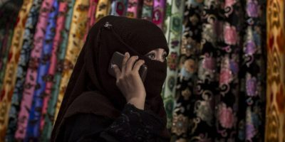 3. Llevar ropa o maquillaje que muestre su belleza. Es por eso que la mayoría usa la abaya, prenda que las cubre por completo. Foto:Getty Images