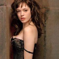 """Se unió al elenco a partir de 2001 como """"Paige Matthews"""", la hermanastra de las """"Halliwell"""" que podía mover cosas y transformarse en otras personas. Foto:IMDB"""
