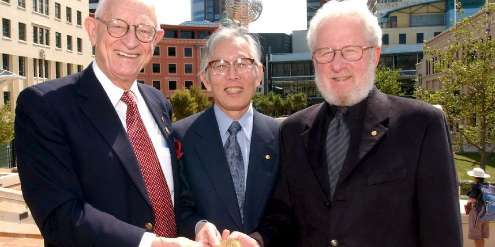Ganadores del Premio Nobel de la Paz, el doctor Alan MacDiarmid (izq), el doctor Hidecki Shiratawa (centro) y el doctor Alan Heeger (der) , en 2003. Foto:Getty Images