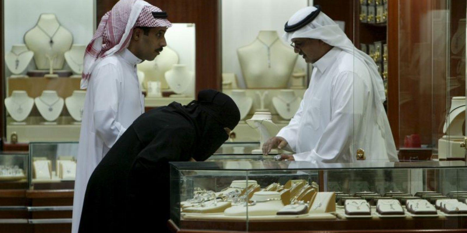 """7. En ocasiones pueden quitarse la abaya en tiendas de lujo, de acuerdo al periódico español """"El Mundo"""". Foto:Getty Images"""