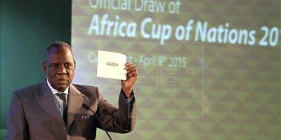 Issa Hayatou presidirá la FIFA mientras dura la suspensión de Blatter