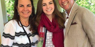 Sus papás y su hermana Mónica, de 27 años Foto:Vía twitter.com/robaguire