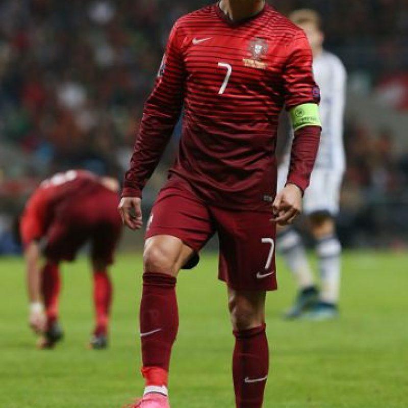 """Protagonizó el """"susto"""" de la jornada. En la recta final del duelo entre Portugal y Dinamarca en Braga, el jugador disputó un balón aéreo, pero cayó al suelo con un gran gesto de dolor. Salió, fue atendido y pudo continuar en el juego. Luego declaró ante los medios de Portugal que """"su pierna está bien"""". Foto:Getty Images"""