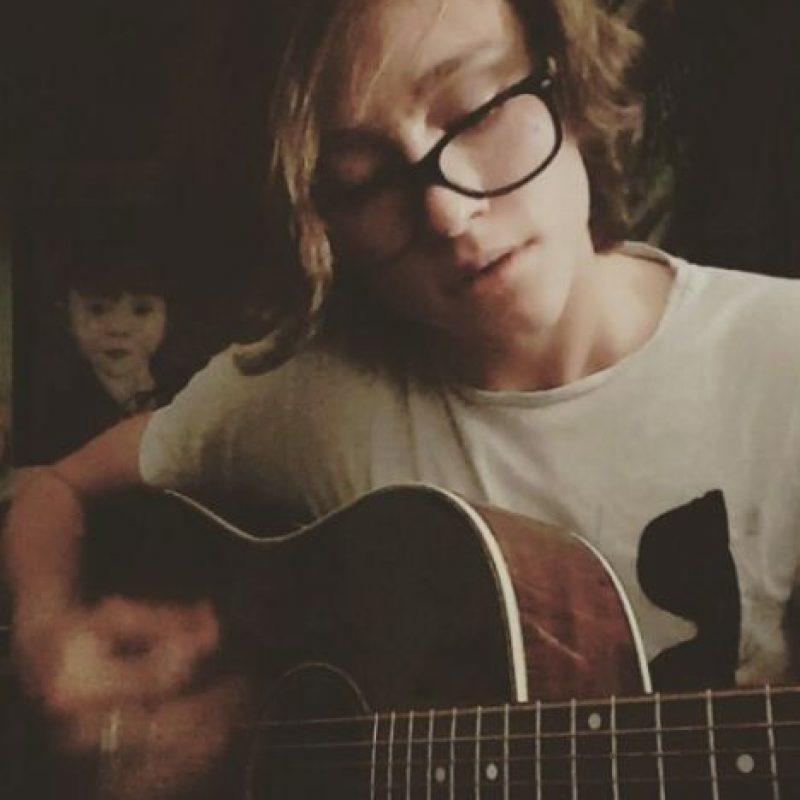 Su gran pasión es la música, sobre todo tocar la guitarra. Foto:vía nstagram.com/tristan_lake_leabu