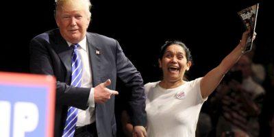 Cuando decidió acercarse a una mujer latina que se encontraba entre los asistentes. Foto:Getty Images