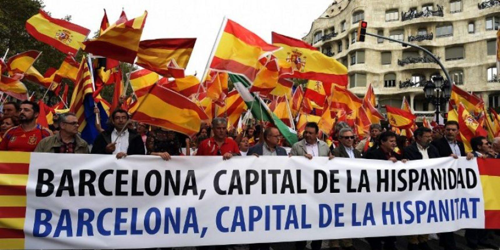 En España, las tensiones entre los gobiernos de Cataluña y el del país también salieron a relucir Foto:AFP