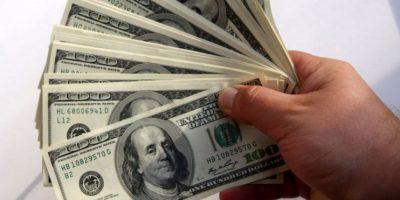 El dólar retrocede ante el euro y se comporta mixto frente a otras monedas