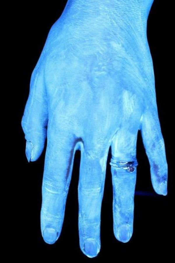 Así lucen las manos luego de un lavado rápido de aproximadamente 3 segundos sin jabón. Lo brillante de las manos sugiere una gran cantidad de bacterias. Foto:MichiganStateU