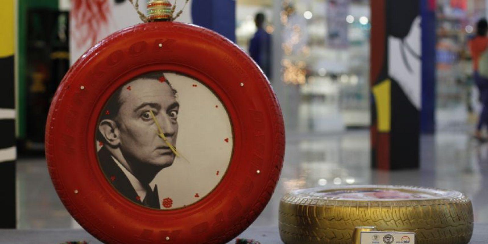 Si te encuentras caminando en los pasillos de Galería 360 y a distancia ves gomas intervenidas y colores brillantes, no lo pases por alto. Párate y descubre cómo los estudiantes de la clase de Expresión Creativa de la Escuela de Diseño de Interiores de UNIBE, en el marco de la semana de España, rindieron homenaje al maestro surrealista y al siempre perseguidor del tiempo: Salvador Dalí Foto: : Roberto Guzmán