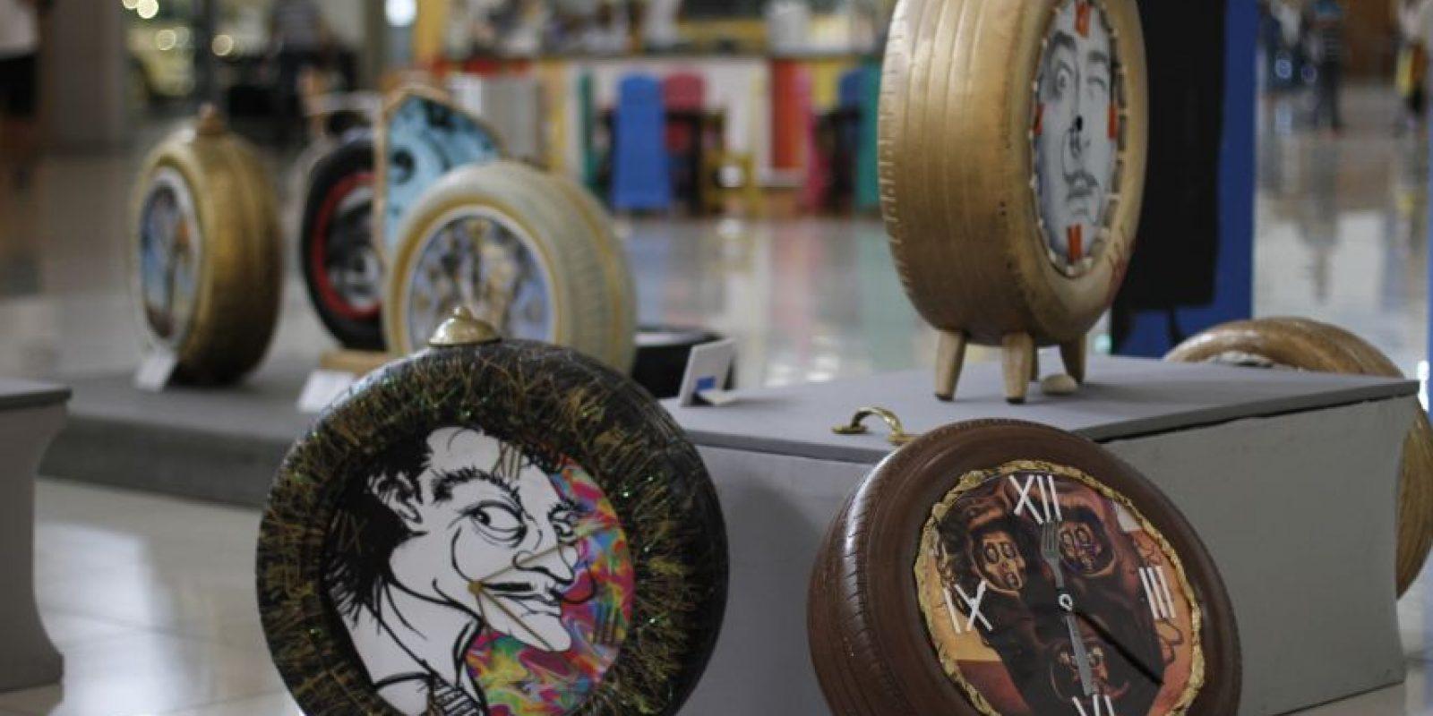 Si te encuentras caminando en los pasillos de Galería 360 y a distancia ves gomas intervenidas y colores brillantes, no lo pases por alto. Párate y descubre cómo los estudiantes de la clase de Expresión Creativa de la Escuela de Diseño de Interiores de UNIBE, en el marco de la semana de España, rindieron homenaje al maestro surrealista y al siempre perseguidor del tiempo: Salvador Dalí Foto: Roberto Guzmán
