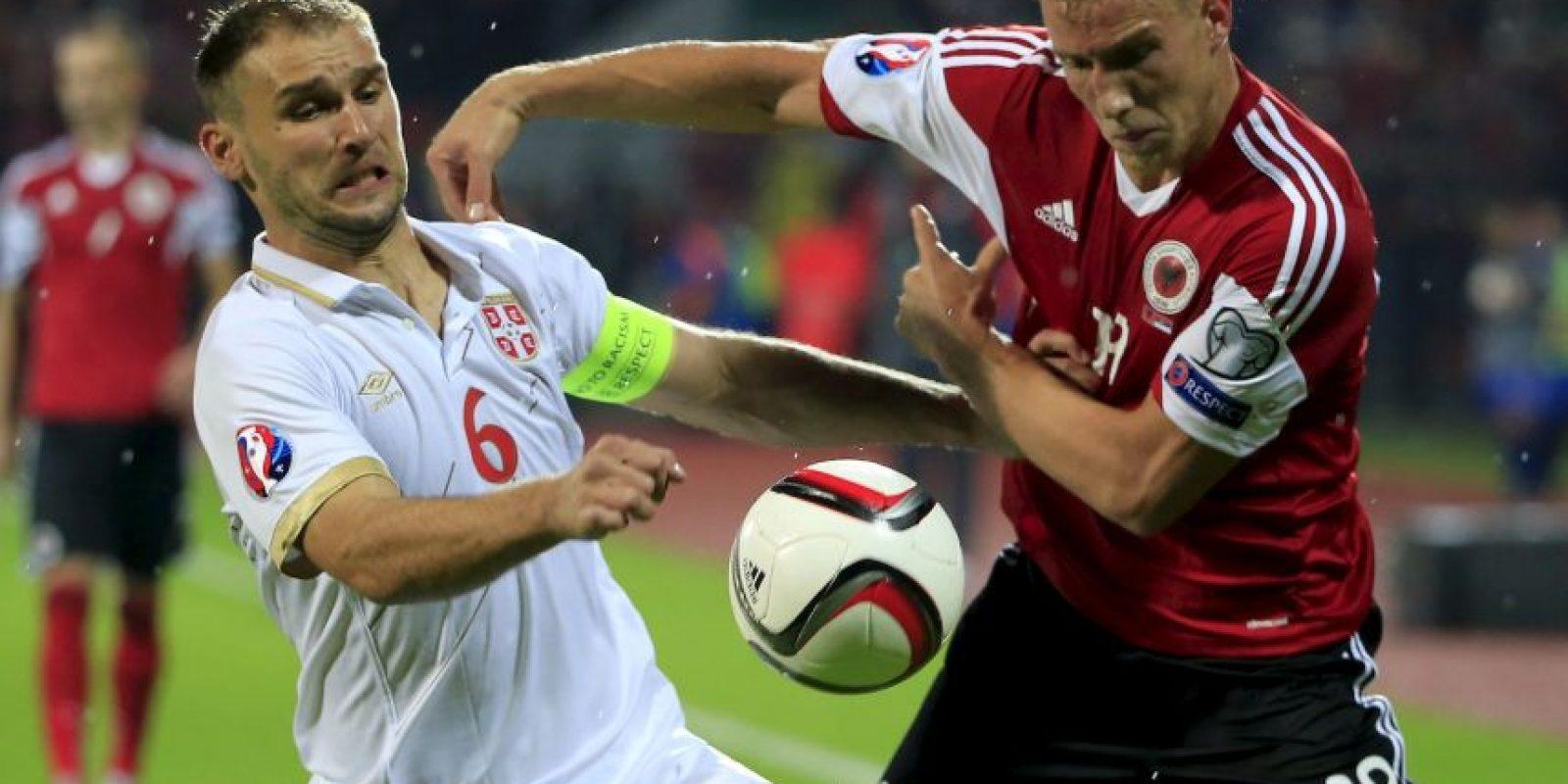 El defensa del Chelsea fue sustituido al minuto 65 del duelo entre Serbia y Albania por lesión en el tendón de la corva y será baja por tres semanas. Foto:Getty Images