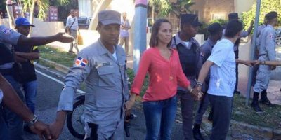 Policía y manifestantes se enfrentan frente a Oisoe