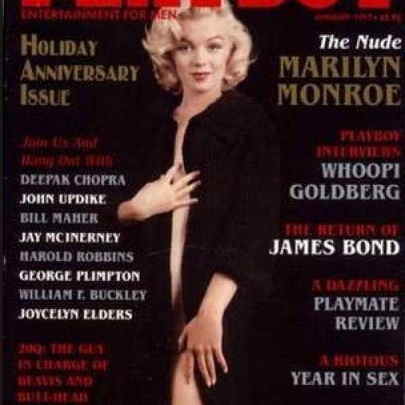 ¿Qué se puede decir de Marilyn Monroe, cuyas fotos aparecieron en 1953, pero se las tomó cuando no era nadie? Hefner, que apenas empezaba en el negocio, mostró la portada con las fotos de la actriz, que estaba en lo más alto de su carrera. Foto:vía Playboy