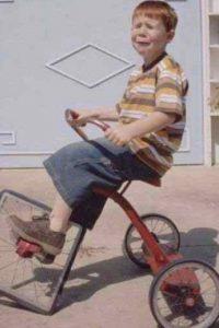 No querían que usara más el triciclo. Foto:Pinterest