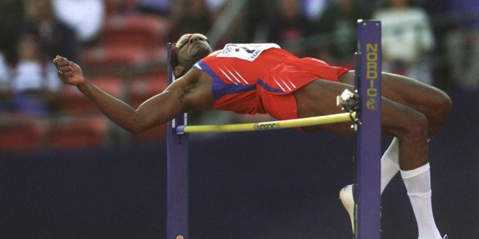 Javier Sotomayor: El considerado mejor saltador de altura de la historia dio positivo de cocaína en 1999, en los Juegos Panamericanos de Winnipeg, Canadá. Foto:Getty