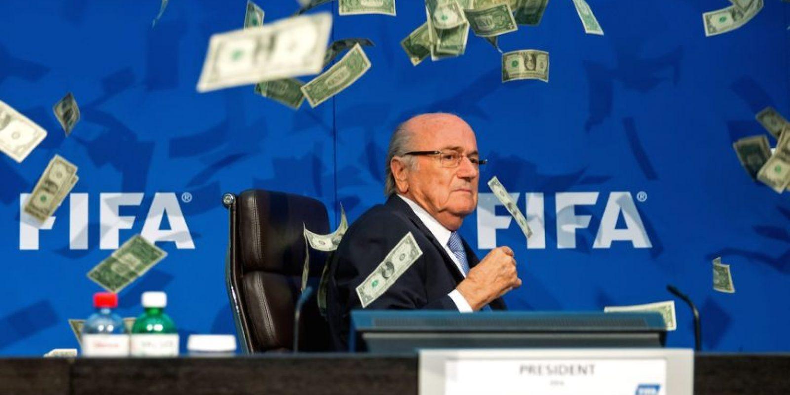 """Resulta que Simon Brodkin interrumpió en medio de la intervención del dirigente suizo, y le lanzó billetes falsos a """"Sepp"""". """"Este es el dinero para que Corea del Norte organice el mundial de 2026"""", gritó el comediante. Foto:Getty Images"""