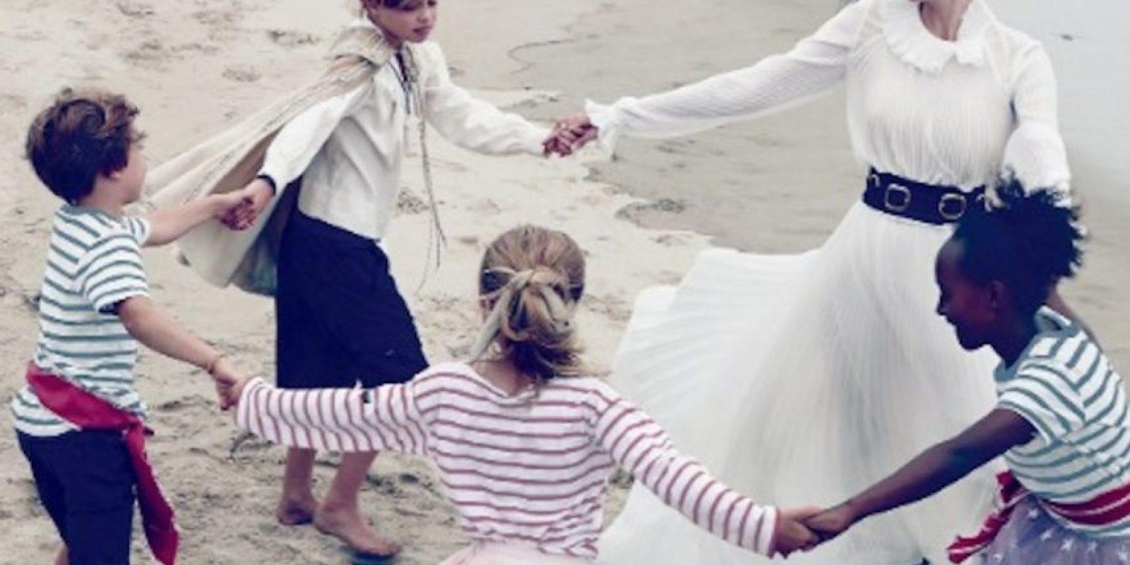 La actriz jugando con sus hijos más pequeños. Foto:Vogue Magazine/Annie Leibovitz