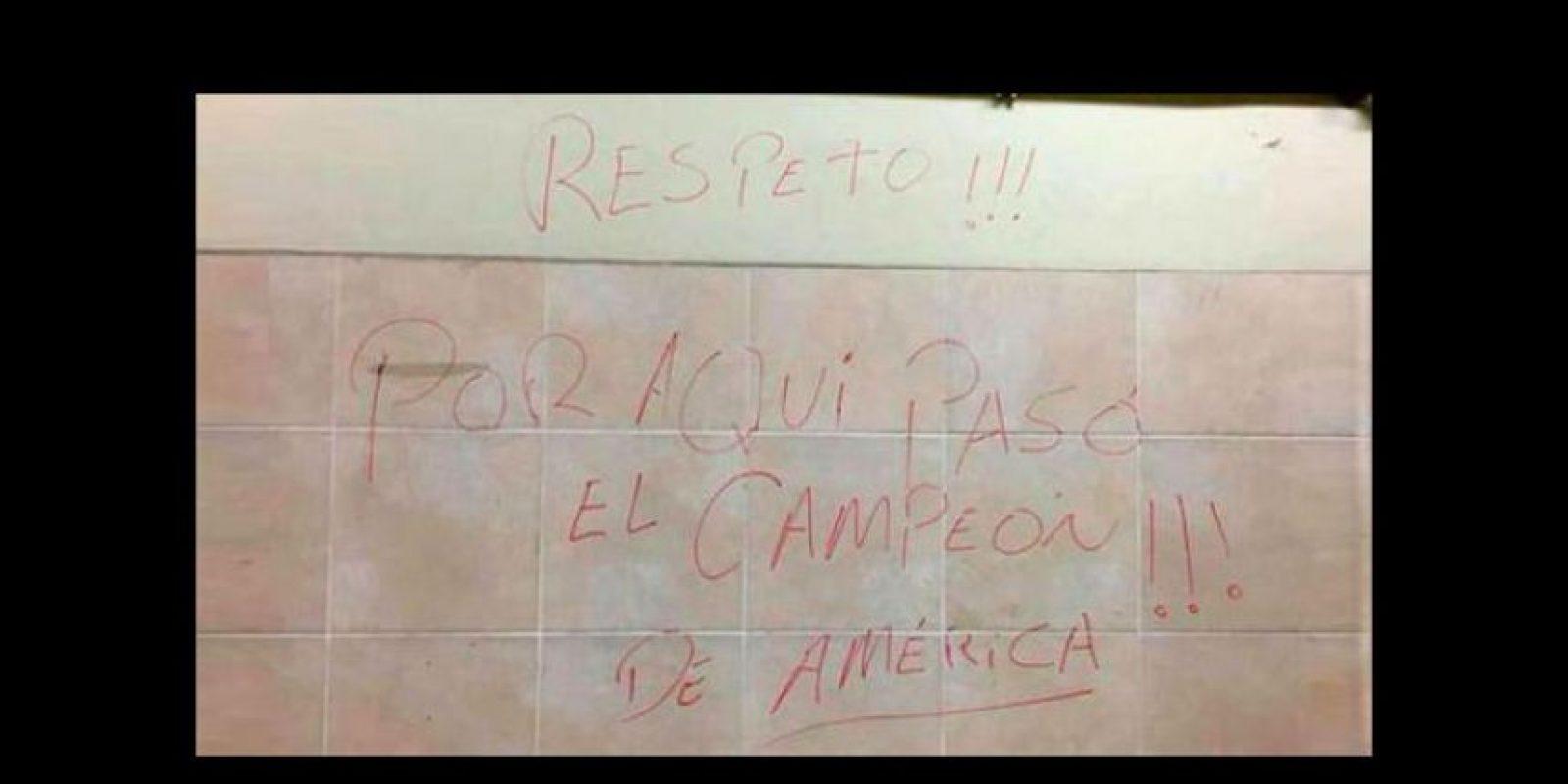 Pero este mensaje que apareció en el vestidor chileno tras la victoria sobre los peruanos desató la furia de hinchas de otros países. Foto:Vía Twitter.com