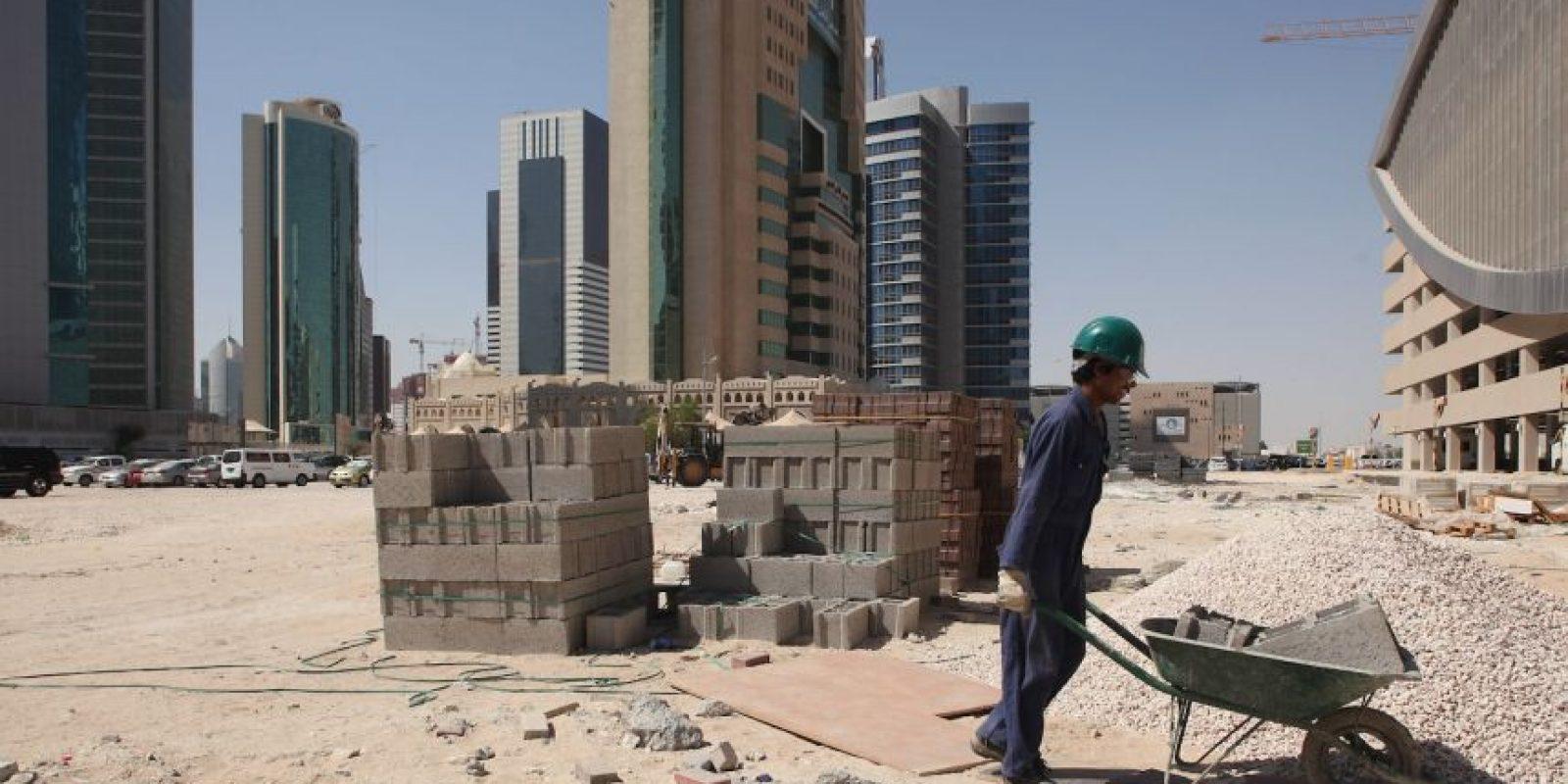 """Según el gobierno del país árabe, esto quedó atrás y los trabajadores gozan de mejores condiciones laborales, pero este 2015, la BBC viajó a realizar un reportaje y los obreros confesaron al medio británico que su situación es """"patética"""" y """"opresiva"""". Foto:Getty Images"""